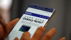 A visitor tries out a Samsung Electronics' Galaxy Note 7 at company's headquarters in Seoul, South Korea, October 5, 2016.  REUTERS/Kim Hong-Ji