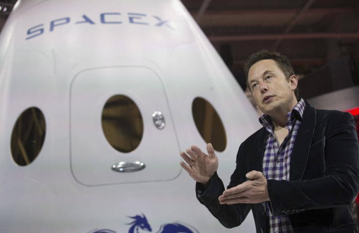 SpaceX CEO Elon Musk speaks after unveiling the Dragon V2 spacecraft in Hawthorne, California, U.S. on May 29, 2014.    REUTERS/Mario Anzuoni/File Photo