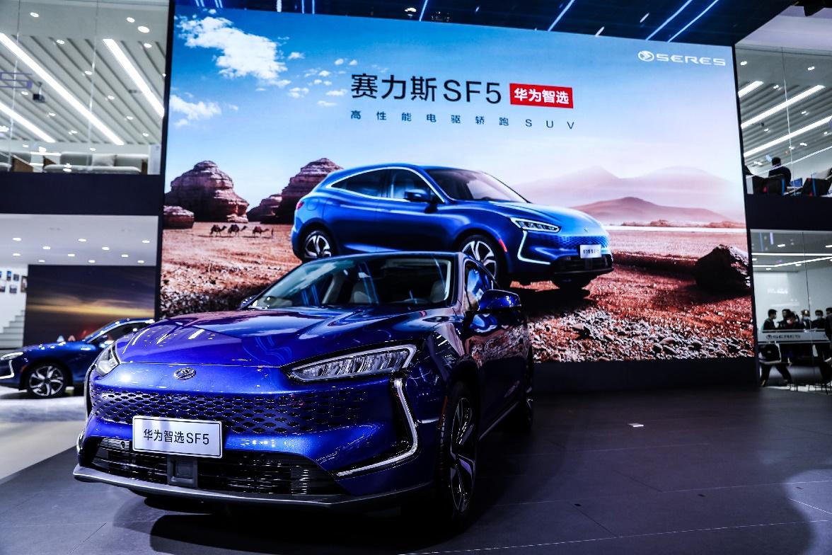 HUAWEI в своих китайских флагманских магазинах будет продавать электромобили SERES SF5