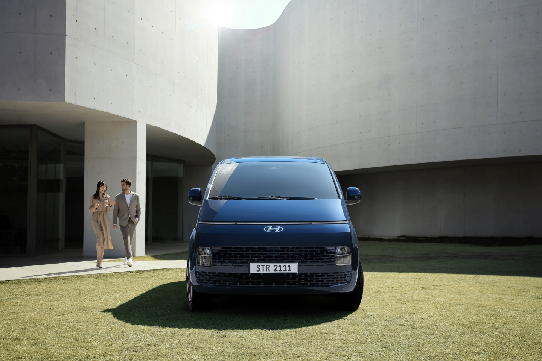 Hyundai представила футуристичный минивэн Staria