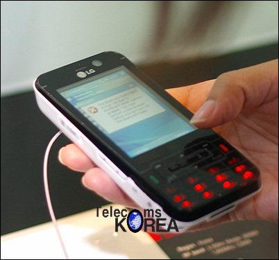 Коммуникатор имеет сенсорный дисплей, 2-Мп камеру, слот для карт памяти...